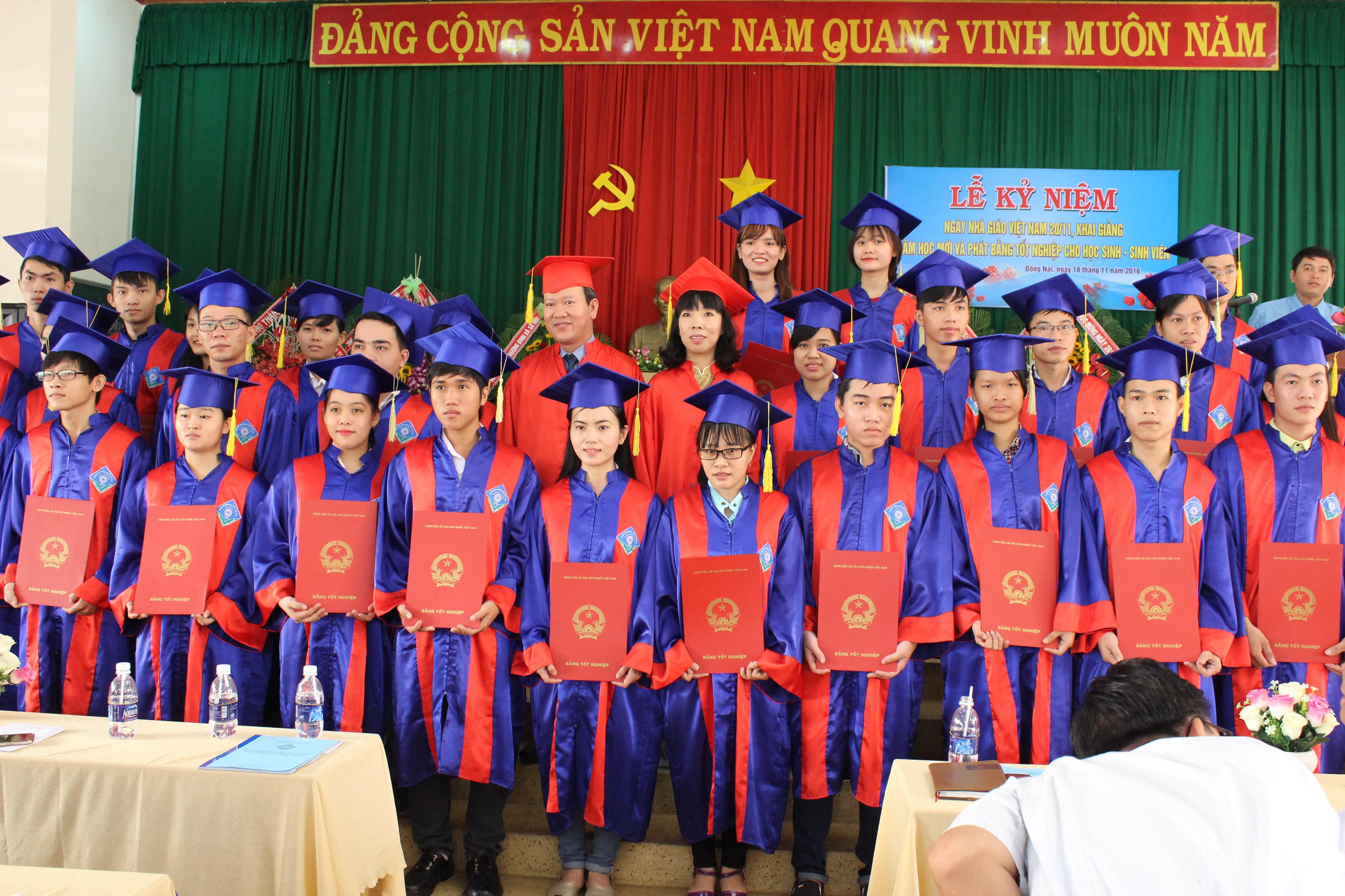 Lễ phát bằng tốt nghiệp cho sinh viên cao đẳng khóa 2013-2016
