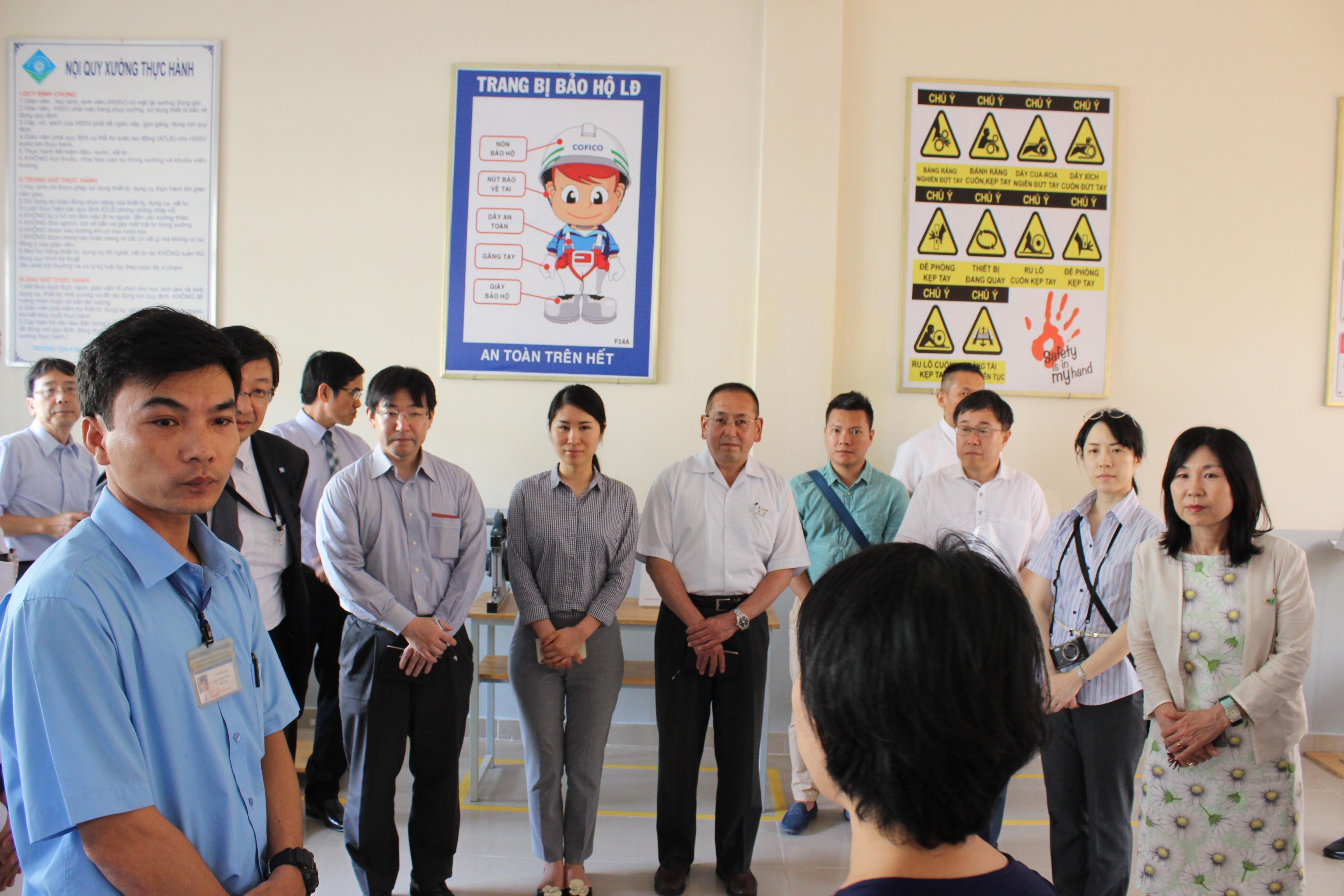 Phó Thị trưởng thành phố Sakai (ngoài cùng) thăm phòng huấn luyện 3S, An toàn (23 Feb 2017)