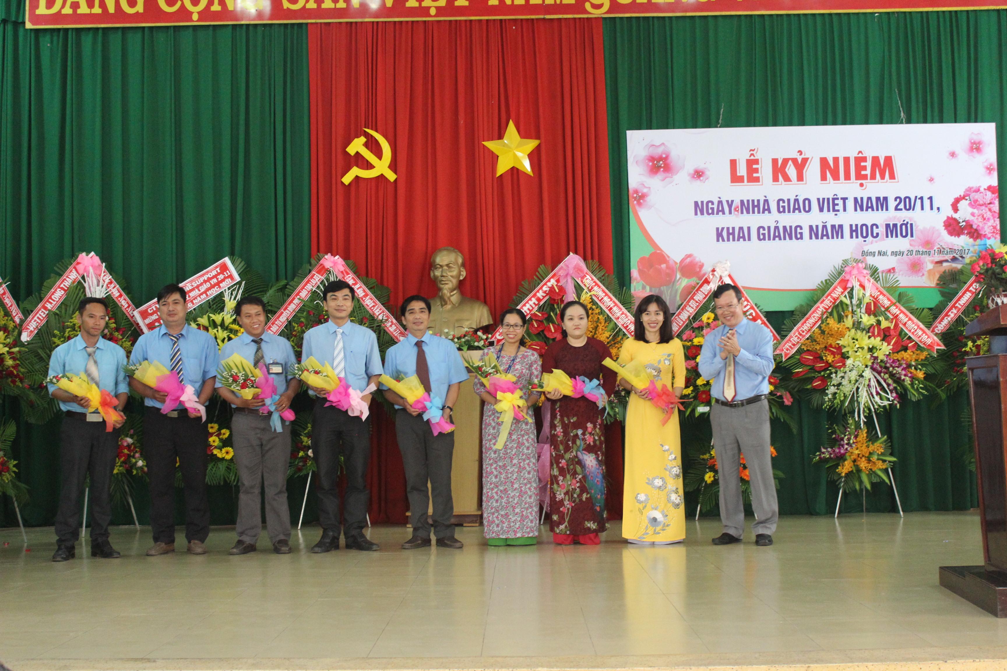 Tặng hoa cho CBGV nhân Ngày nhà giáo Việt Nam  20/11 (20/11/2017)