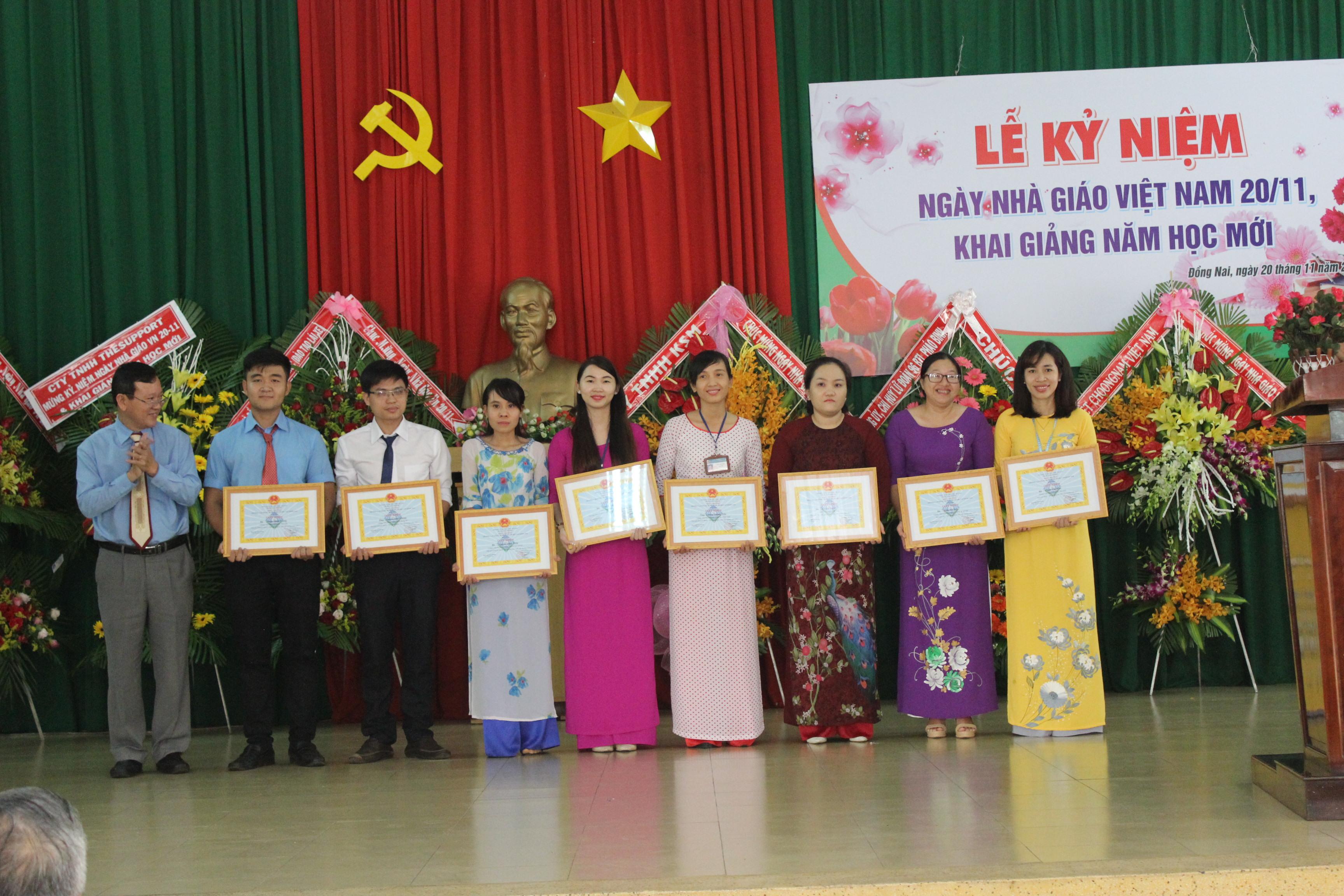 Hiệu Trưởng tặng giấy khen cho GV đạt giải  trong Hội giảng cấp Trường (20/11/2017)