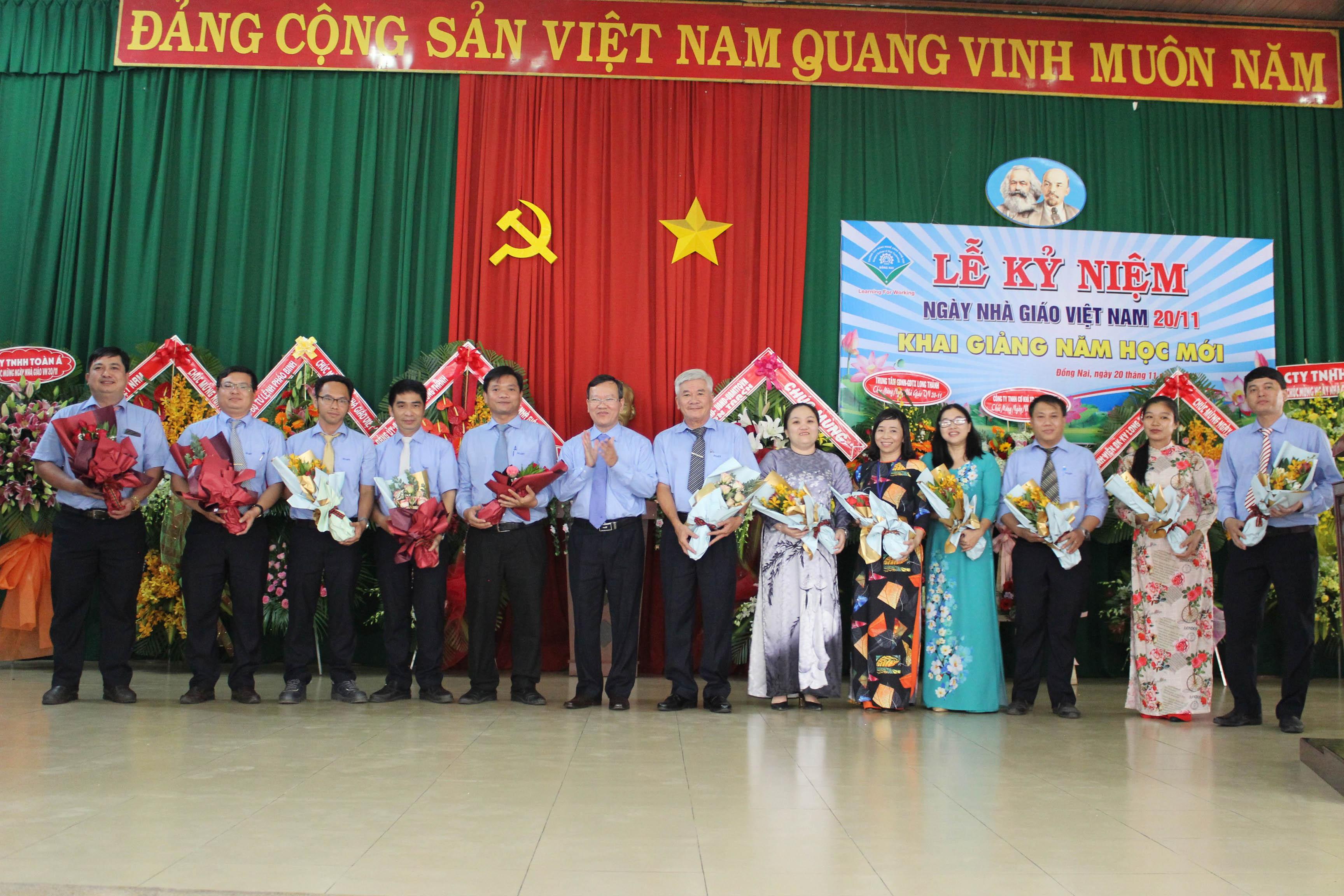 Ban Giám hiệu tặng hoa cho CBGV nhân Ngày nhà giáo Việt Nam 20/11 (20/11/2020)