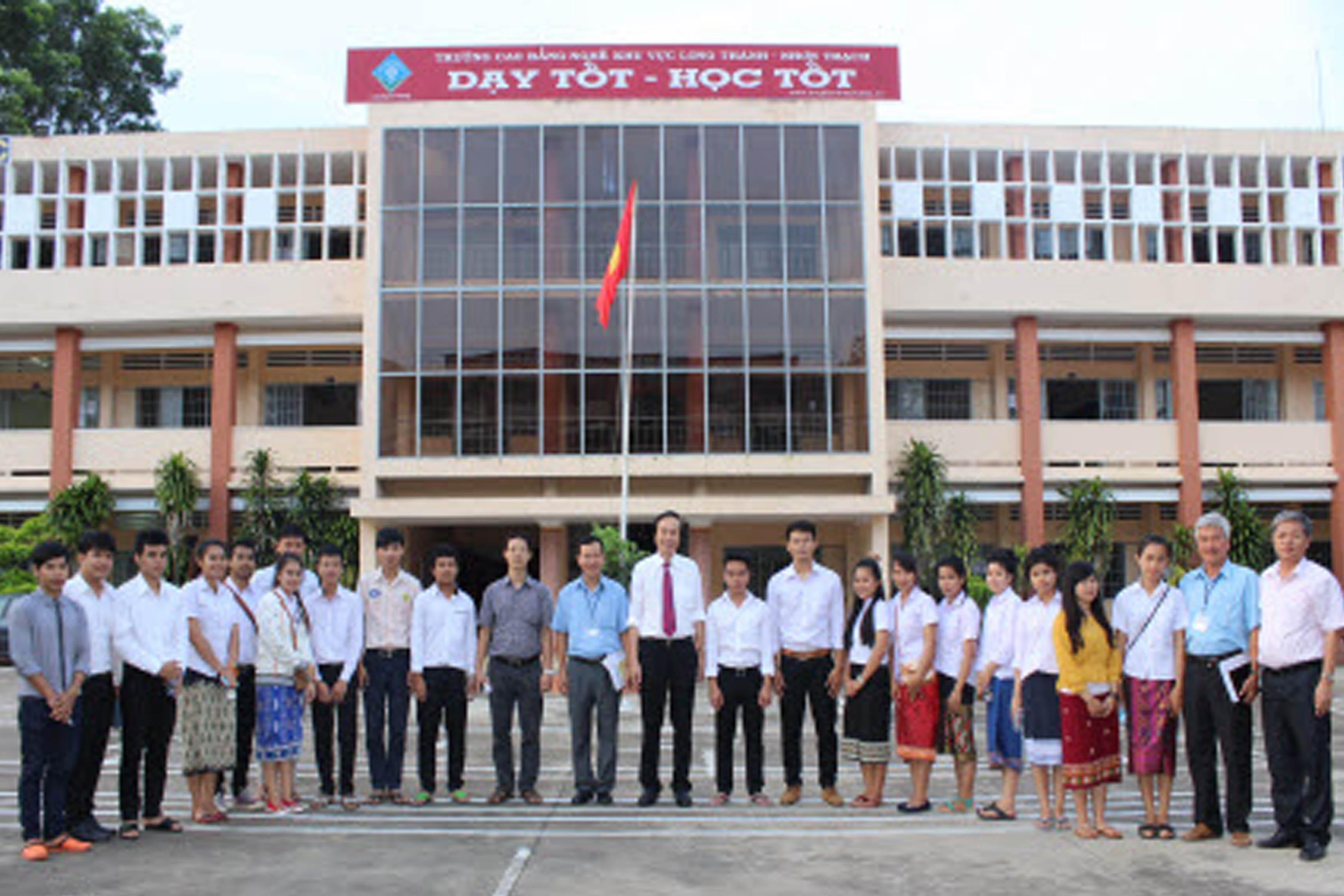 Tổng cục trưởng Dương Đức Lân đến thăm sinh viên Lào đang học tập tại Trường